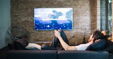 Na taśmowym oglądaniu seriali korzystają serwisy streamingowe