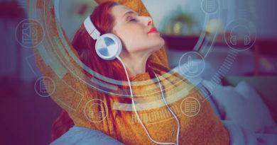 Audiobooki, e-booki i podcasty coraz bardziej popularne wśród Polaków